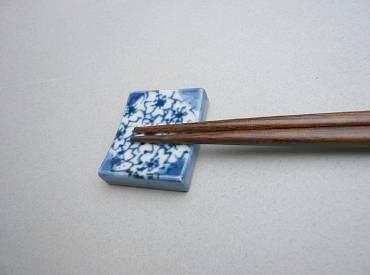 染付 桜 箸置き (角)
